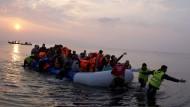 Überfahrt ins Ungewisse: Migranten bei ihrer Ankunft auf der griechischen Insel Lesbos an diesem Sonntag.