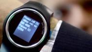 """Ein Besucher der CES trägt eine Uhr, die speziell für Demenzkranke entwickelt wurde. Die Firma """"Guard2me"""" produziert dieses Gerät."""