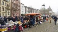 Der Flohmarkt am Frankfurter Mainufer hat für seine zweite Ausgabe am neuen Standort deutlich mehr Platz bekommen.