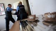 Angehende Polizisten üben in einer Wohnung die Verhaftung einer gewalttätigen Person.