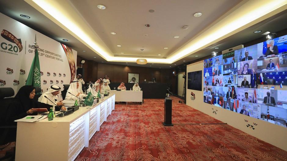Prinz Abdulaziz bin Salman Al Saud (3.von links) führt am 10. April den Vorsitz bei einem virtuellen Treffen der G-20-Energieminister