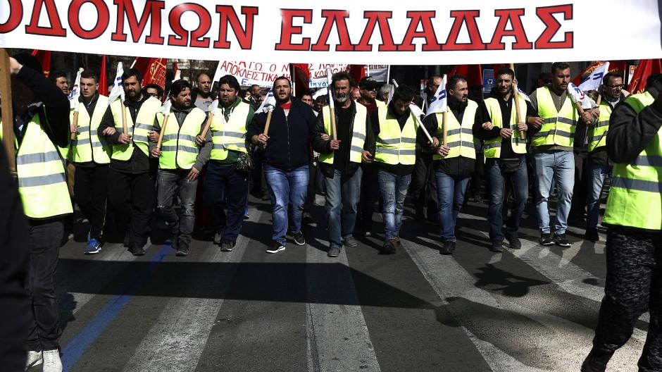 In Athen streiken Staatsbedienstete für eine Erhöhung der Rente.