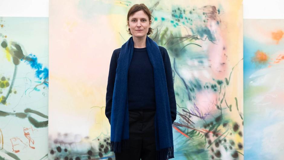 Mal nahe an die Leinwand heran, mal weit weg: Christina Kral in ihrem Atelier an der Langen Straße