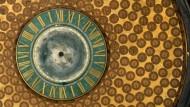 Einmal um die Erde: Auf der Weltzeituhr von Anton Gärtner (um 1690) sind um einen zentralen Globus 360 kleine Zifferblätter angeordnet, jedes für einen Längengrad. Dennoch benötigt sie nur ein Uhrwerk: Die Zeiger hängen frei nach unten, statt ihrer dreht sich das gesamte Zifferblatt in 24 Stunden einmal um sich selbst und zeigt so die Weltzeit an.