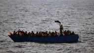 Gefährliche Mittelmeer-Route: Flüchtlinge aus Afrika rufen im Februar in einem Boot um Hilfe.