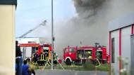 Flüchtlinge verfolgten am Sonntag die Löscharbeiten der Feuerwehr.