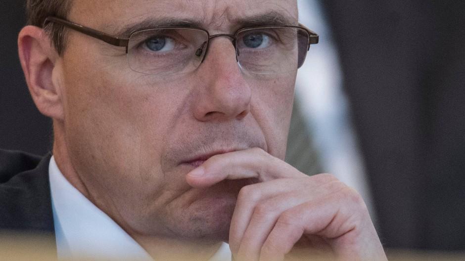 Peter Beuth (CDU) während einer Plenardebatte im Landtag. Der hessische Innenminister fordert härtere Strafen für Gewalt im Amateursport