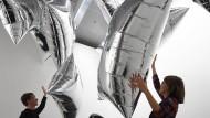 """Offen, schwebend, spielerisch: In Andy Warhols Installation """"Silver Clouds"""" (1966) werden Museumsbesucher zu Mitschöpfern."""