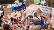 Tausende Schüler gehen jeden Freitag, wie hier in Frankfurt, auf die Straße, demonstrieren für Umweltschutz, für eine gerechtere Welt und eine Beteiligung auf Augenhöhe.
