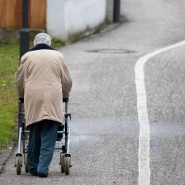 Wer im Alter alleine lebt, ist höheren Sturzrisiken ausgesetzt.