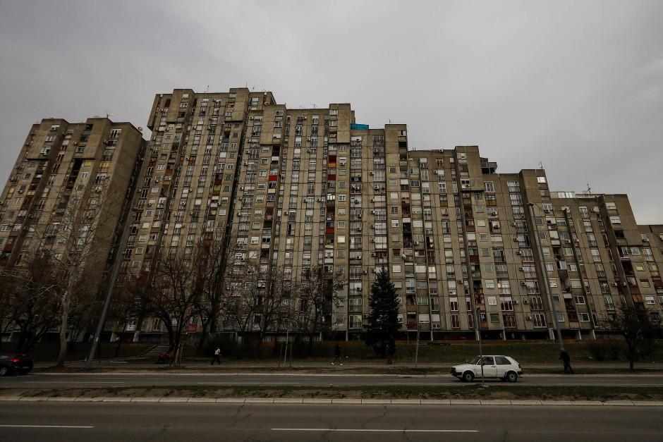 """Block 61 ist einer von insgesamt 70 nahezu baugleichen Wohnblöcken des Wohnkomplexes """"Blokovi"""" in Neu Belgrad, Serbien."""