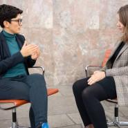 """Bringen ein weiteres Thema bei """"Deutschland spricht"""" ein: die Bedeutung des Glaubens. Doro Bateva (links) und F.A.Z.-Hospitantin Marie Degenfeld."""