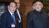 Chefunterhändler Kim Yong-chol (l.) hier mit seinem Chef, Nordkoreas Diktator Kim Jong-un Anfang März in Vietnam