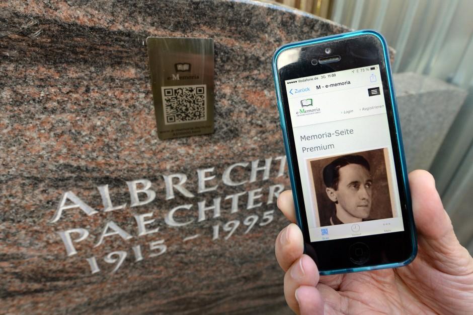 Es gibt Trauerseiten im Internet, die man über einen QR-Code auf dem Grabstein ansteuern kann.