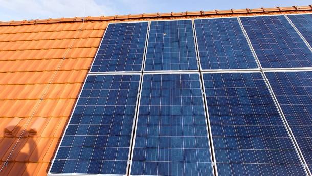 Mehr Haushalte investieren in Photovoltaik, Pellets und ein E-Auto