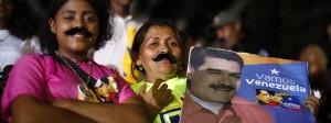 Unterstützer feiern den wiedergewählten Präsidenten Venezuelas, Nicolás Maduro – dessen Markenzeichen, der dichte Schnurrbart, offenbar sogar weibliche Fans hat.