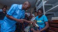 Der Kampf geht weiter: Einwohner Malawis werden gegen Malaria geimpft.