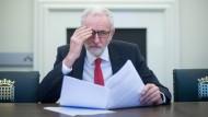 Jeremy Corbyn liest den Austrittsvertrag, den Theresa May mit der EU ausgehandelt hat.