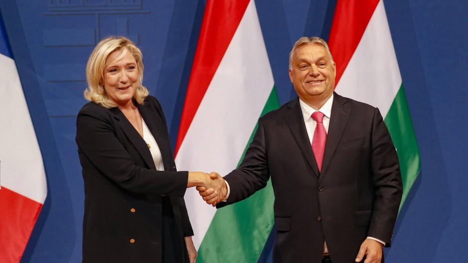Handschlag für die Kameras: Marine Le Pen und Viktor Orbán am Dienstag in Budapest