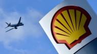 Ein Flugzeug fliegt über eine Shell-Tankstelle in London.
