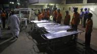 Mitarbeiter eines Krankenhauses im pakistanischen Karachi warten darauf, dass die Opfer eines Bombenanschlags eintreffen.