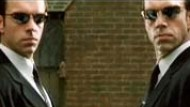 "Film-Kritik: Hugo Weaving (links und rechts) in ""Matrix Reloaded"""