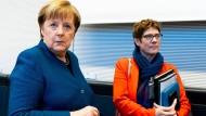 Keine Freundinnen im klassischen Sinne: Merkel und Kramp-Karrenbauer bei einer Unions-Fraktionssitzung im Februar