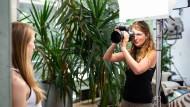Agenturchefin Anna Voelske fotografiert das Model Franziska in ihrem Studio in Butzbach.