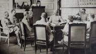 Philippe Pétain (Bildmitte) bei einer Lagebesprechung. Der neue Oberbefehlshaber sollte die demoralisierte Truppe wieder aufbauen. Aufnahme von 1917.