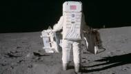 Made in Hanau: Der Astronaut Buzz Aldrin stellt 1969 auf dem Mond einen Laserreflektor aus Quarglas.