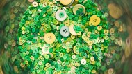 """Grüne Knöpfe liegen bei einer Pressekonferenz zum Textilsiegel """"Grüner Knopf"""" aus."""