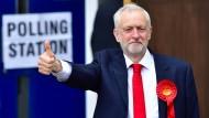 Labour-Chef Jeremy Corbyn hat seine Stimme in einem Londoner Wahllokal abgegeben.