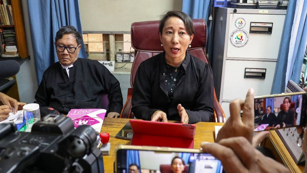 Aung San Suu Kyi erscheint vor Gericht und spricht zum Volk