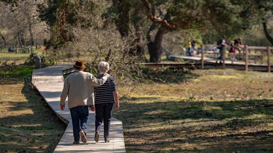 Pflege der Genügsamkeit: Gerade ältere Menschen sparen in der Corona-Krise mehr Geld als sonst.