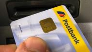 Wenn ein Konto gebührenfrei ist, muss die Bank mit dem Kunden an anderer Stelle Geld verdienen.