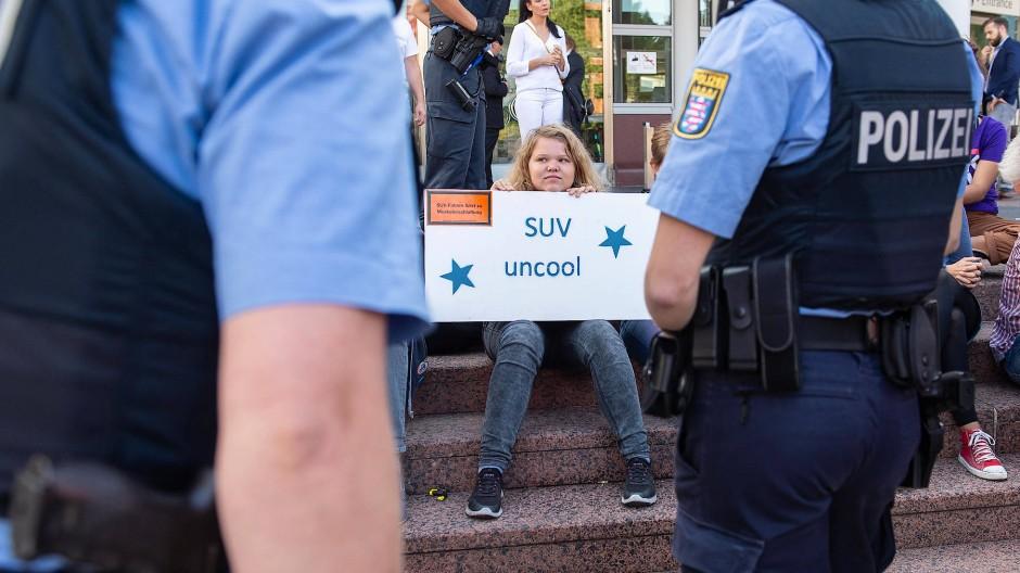 Vor dem Eingang zur IAA: Die Polizei schickt die Demonstranten erst weg, lässt sie dann aber doch gewähren.