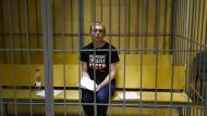 Der Moskauer Journalist Iwan GolunowIwan Golunow in einer Zelle während des Prozesses