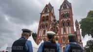 Polizisten vor dem Limburger Dom: Das Bistum plant eine umfangreiche Aufklärung der Missbrauchsfälle (Archivbild).