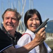 Etwas angespannt: Altkanzler-Papst Gerhard Schröder eröffnet mit seiner Gattin an Bord einer Yacht eine Segelregatta.