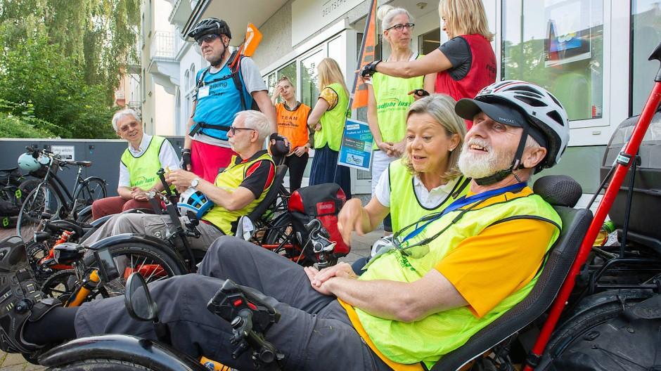 Auf Tour: Klaus Vock (vorne) mit seinen Mitstreitern der Multiple Sklerose Gesellschaft in Hessen.