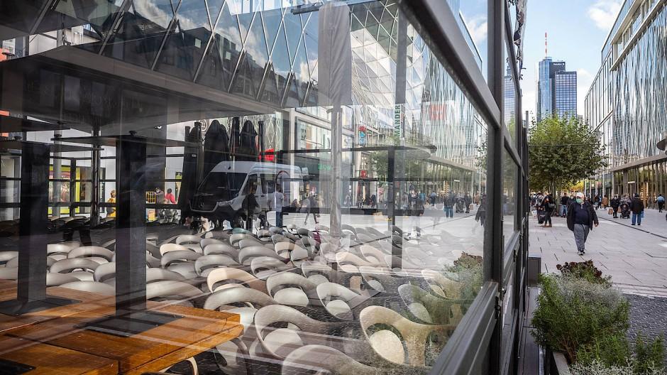 Die Gastronomie ist erneut im Fokus der Corona-Maßnahmen. Die Folge: Zusammengestellte Stühle in einem Restaurant auf der Zeil in der Frankfurter Innanstadt.