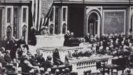 Woodrow Wilson im Kongress. Die diplomatischen Beziehungen zu Deutschland werden abgebrochen, der Botschafter ausgewiesen. Aufnahme von 1917.