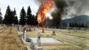 Maschine zerschellt auf Friedhof - 17 Tote