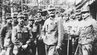 Graf Stephan Tisza (Mitte) bei einem Frontbesuch. Nachdem er bei Kaiser Karl I. in Ungnade gefallen war, musste er zurücktreten. Aufnahme von 1915.