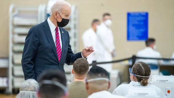 Biden besucht Corona-Impfzentrum