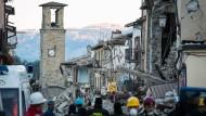 """""""Viele halten dem psychischen Druck nicht stand"""": Helfer suchen in Amatrice nach Überlebenden."""