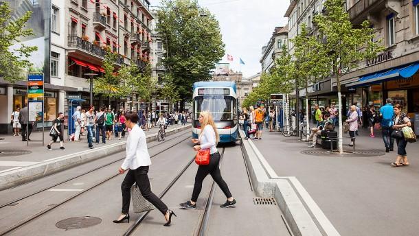 Bahnhofstraߟe - Shopping in der international bekannten teuren Einkaufsstraße in Zürich in der Schweiz