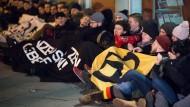 Anhänger der rechtsextremen Identitären Bewegung blockieren die CDU-Bundeszentrale in Berlin.