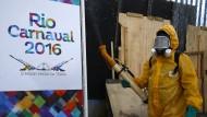 Ein Arbeiter in Rio de Janeiro versprüht ein Pestizid. Es soll Stechmücken abtöten, die Krankheiten wie Zika übertragen.