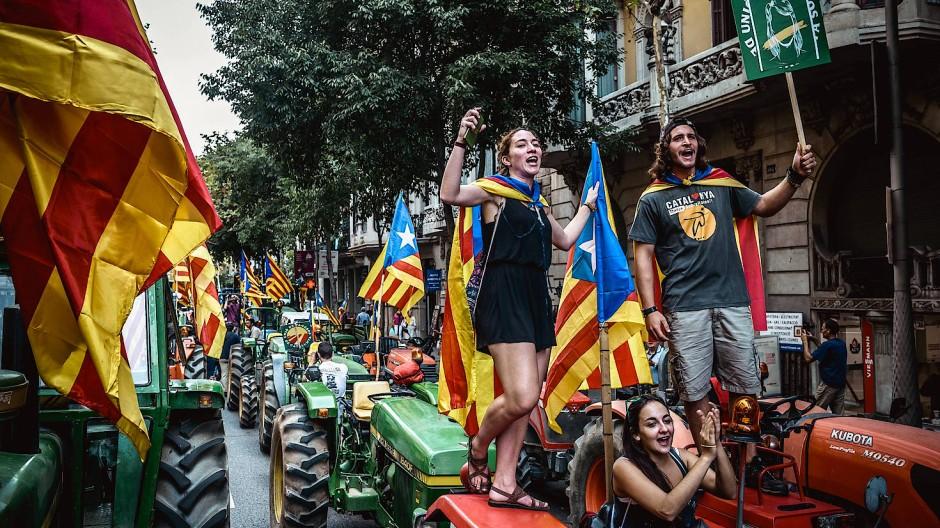 Katalanische Landwirte demonstrieren am Freitag in Barcelona für die Unabhängigkeit Kataloniens.